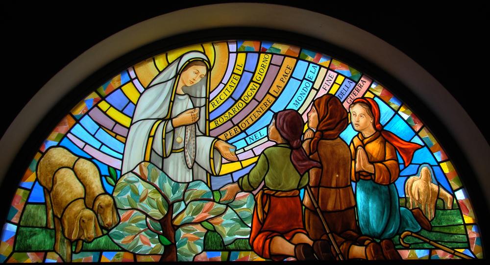 """""""La Madonna di Fatima appare a Francesco Marto, Giacinta Marto, Lucia dos Santos"""", vetrata di Roberto Alabiso"""