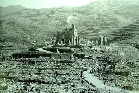 La Cattedrale di Santa Maria (conosciuta come Urakami Tenshudo) dopo l'atomica a Nagasaki