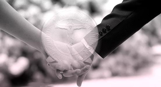 Mani degli sposi che si stringono