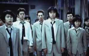 Battle Royale: truculento, non per stomaci delicati, ma una bella metafora del rapporto tra generazioni nel Giappone della crisi economica degli anni 90.