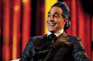 Stanley Tucci interpreta Caesar Flickerman, metà Bruno Vespa, metà Jay Leno, è la personificazione dei mass media di Panem.
