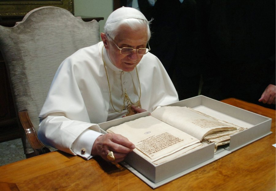 Benedetto XVI legge Galileo nell'Archivio Vaticano