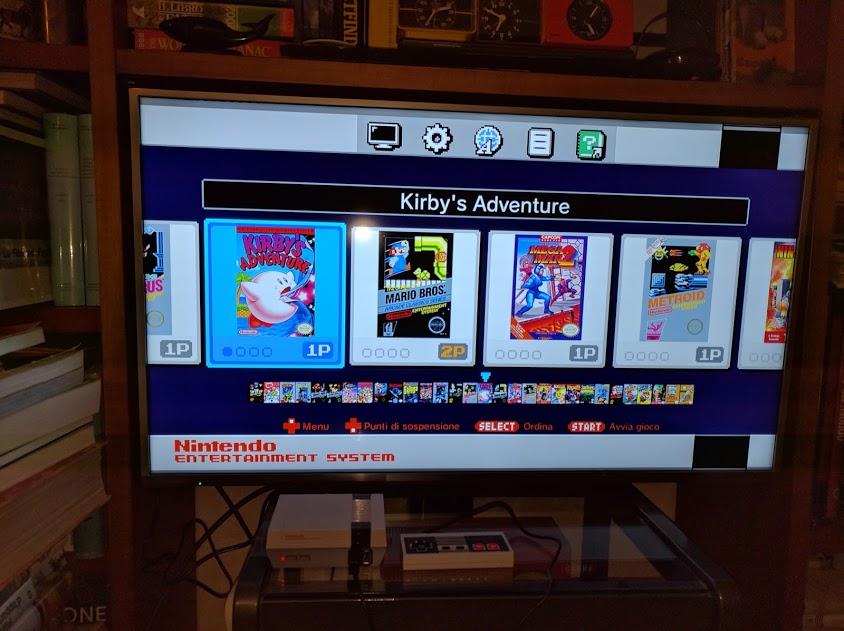 Il NES mini installato sotto la TV