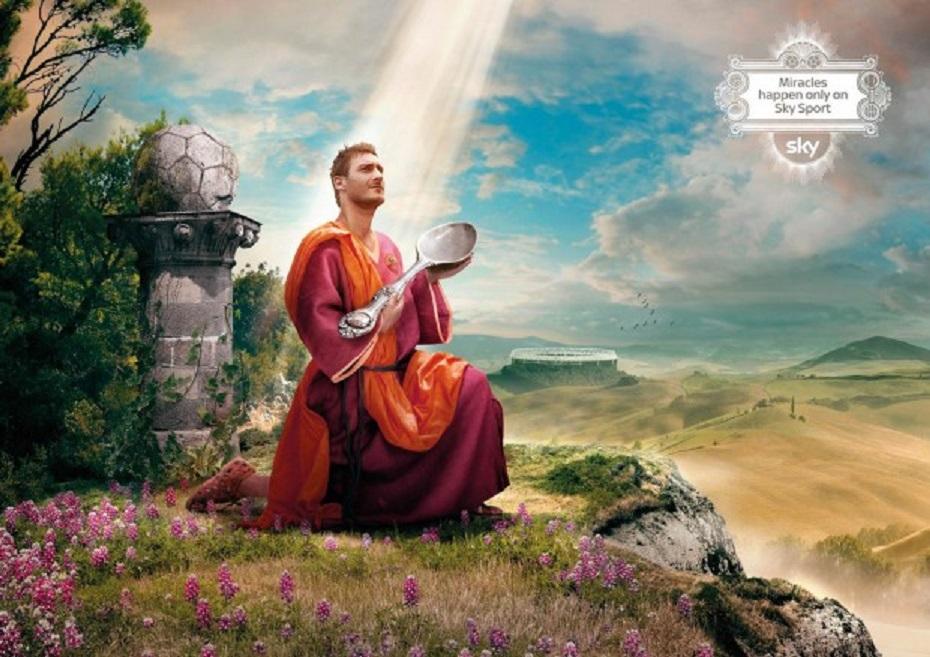 Immagine della pubblicità di Sky che ritrae Totti con il cucchiaio illuminato dal cielo